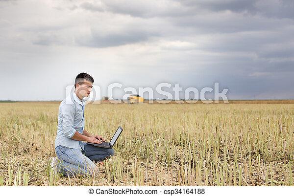 pole, laptop, biznesmen - csp34164188