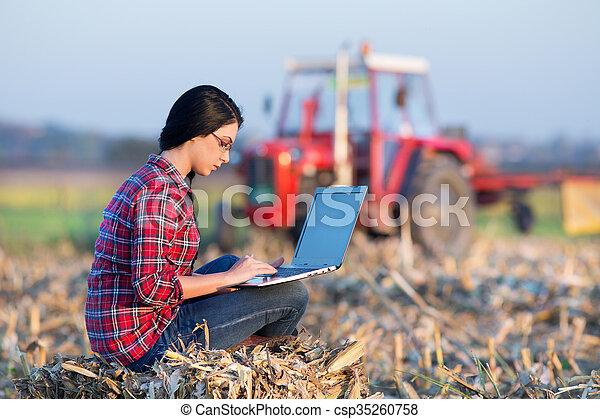pole, laptop, kobieta, nagniotek - csp35260758