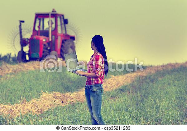 pole, laptop, kobieta - csp35211283