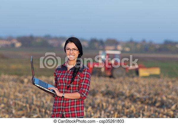 pole, laptop, kobieta - csp35261803