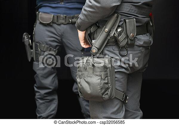 poliser, beväpnat - csp32056585