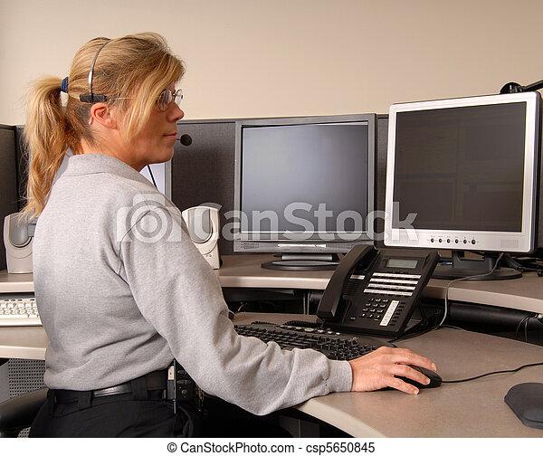 Polizeifunkzentrale arbeitet an der Konsole - csp5650845