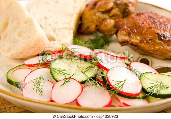 Ensalada de pollo asada y pan - csp4028923