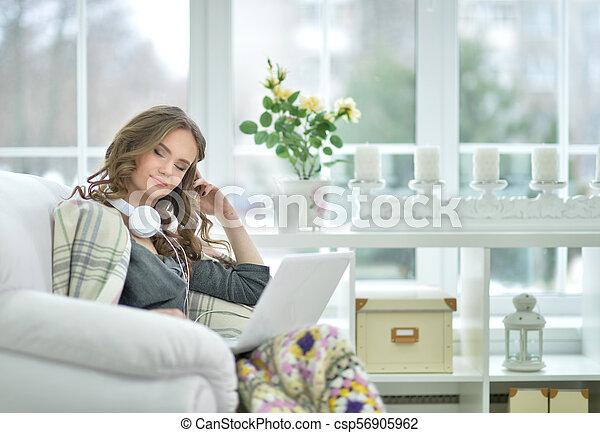 poltrona, laptop, mulher, usando, sentando - csp56905962