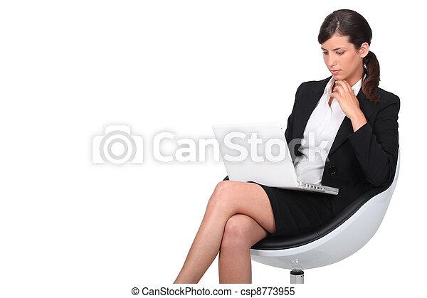 poltrona, mulher, computador, sentando - csp8773955