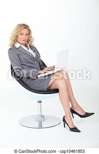 poltrona, mulher, confiante, sentando - csp10461853