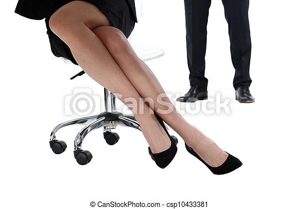 poltrona, mulher, saia, sentando - csp10433381