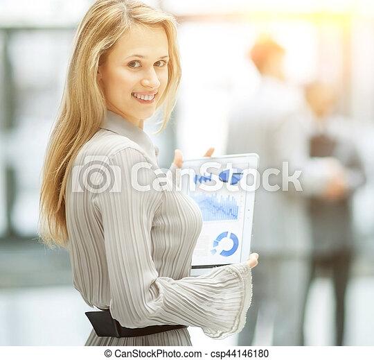 pomyślny, kobieta, wykresy, handlowy, ręka - csp44146180