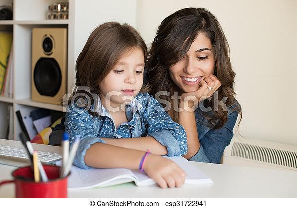 Madre ayudando al niño con los deberes - csp31722941