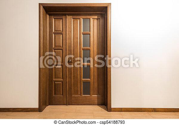 porte brune, maison bois, intérieur, nouveau