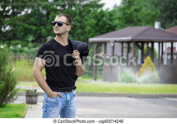 porter, épaule, mode, lunettes soleil, jeune, veste, sien, rue, tenue, portrait, vue, côté, homme - csp60214246