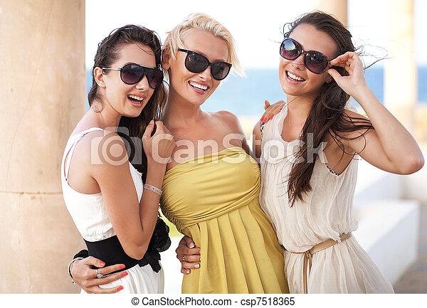 porter, adorable, lunettes soleil, trois femmes - csp7518365