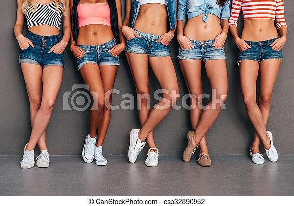 cef4f8f071a661 porter, debout, tenue, short, fond, jean, haut, gris, leur, quoique, cinq,  pockets., poches, mains, fin, femmes