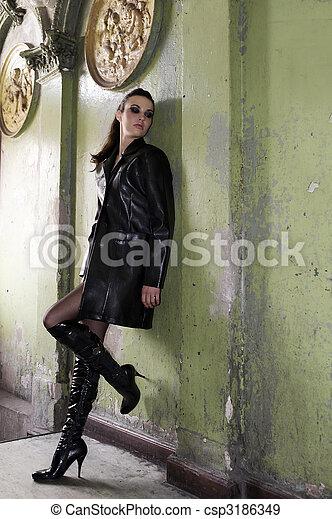 porter, entrée, mode, vieux, manteau cuir, bottes, sombre, maison, modèle, principal - csp3186349