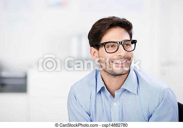 porter, loin, pensif, regarder, quoique, homme affaires, lunettes - csp14882780