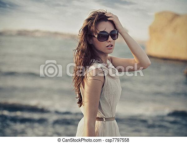porter, mignon, femme, lunettes soleil - csp7797558