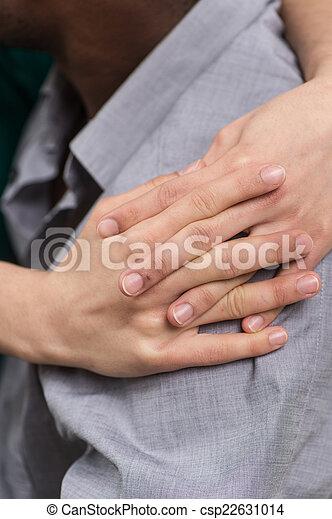 porter, petit ami, chemise, étreindre, shoulder., closeup, mains, fille noire, vue, côté, homme - csp22631014