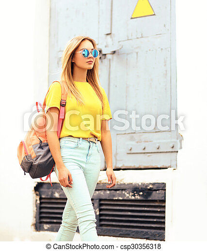 475befdbf porter, ville, femme, lunettes soleil, sac à dos, jeune, t-shirt, mode,  joli, portrait