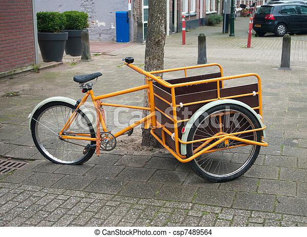 porteur v lo grand orange marchandises v lo transport photo de stock rechercher. Black Bedroom Furniture Sets. Home Design Ideas