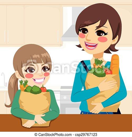 Tochter hilft Mutter, Lebensmittel zu tragen - csp29767123