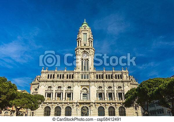 Al ayuntamiento de Porto en la Plaza de Liberada, Porto, Portugal - csp58412491