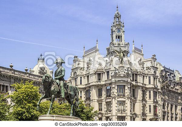 """PORTO, PORTUGAL - 04 de julio de 2015: liberdade monumento cuadrado del rey Pedro IV estatua en avenida """"Acompañada"""" en Porto City, en julio 04, 2015 en Portugal. - csp30035269"""