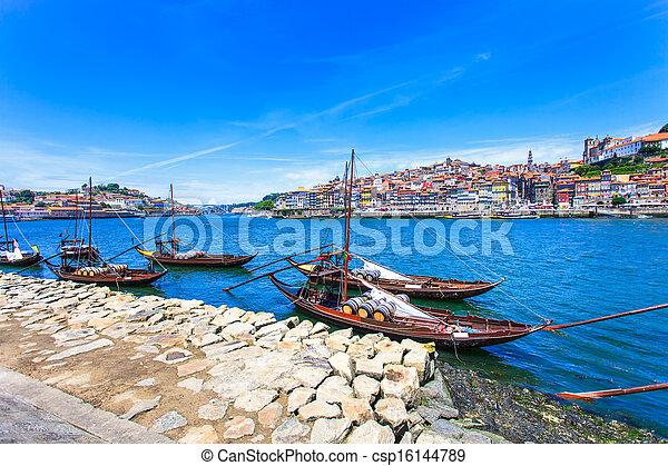 Oporto oder Porto Skyline, Douro Fluss und Boote. Portugal, Europa. - csp16144789