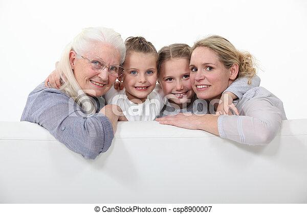 Familienfoto von drei Generationen - csp8900007