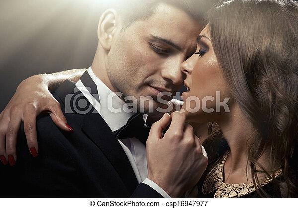 Ein sinnliches Portrait von einem süßen Paar - csp16947977