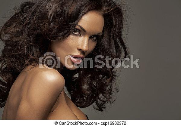 Portrait einer perfekten weiblichen Schönheit - csp16982372