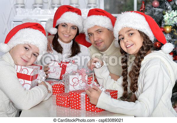 portrait, chapeaux, santa, famille, heureux - csp63089021