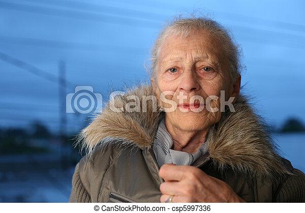 portrait, femme aînée, hiver - csp5997336