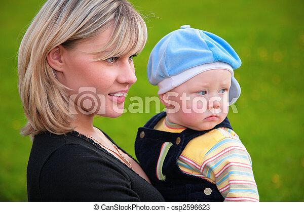 portrait, gros plan, fils, mère, mains - csp2596623
