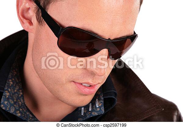 portrait, gros plan, lunettes soleil, homme - csp2597199
