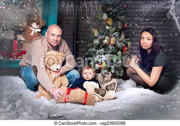 portrait, jeune famille, noël - csp23955088