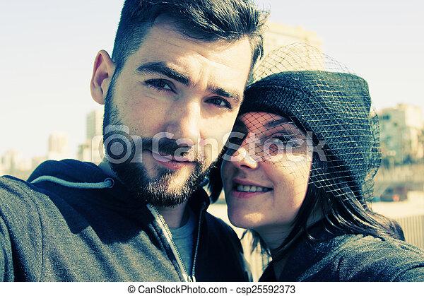 portrait, selfie, couple, jeune, dehors - csp25592373