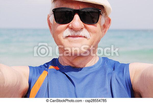portrait, selfie, plage, homme aîné - csp28554785