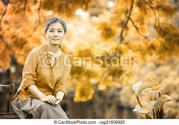 portrait, serein, femme, mûrir - csp21606920