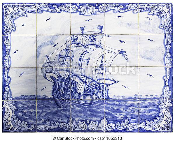 Tejas portuguesas antiguas con una nave - csp11852313