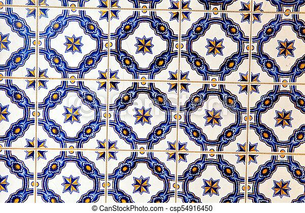 La típica decoración portuguesa con azulejos de cerámica de colores. - csp54916450