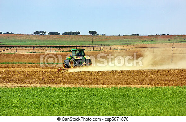 Tractor en el campo portugués. - csp5071870