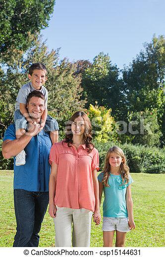 posar, parque, familia joven - csp15144631