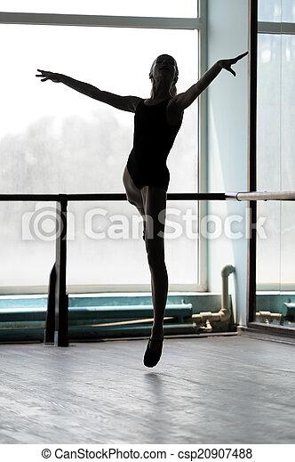 Bailarina de ballet en posición arabesca - csp20907488