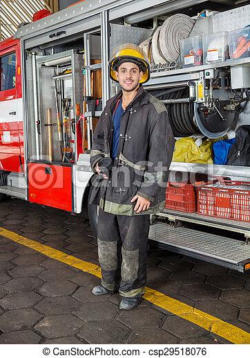 Bombero confiado en la estación de bomberos - csp29518076