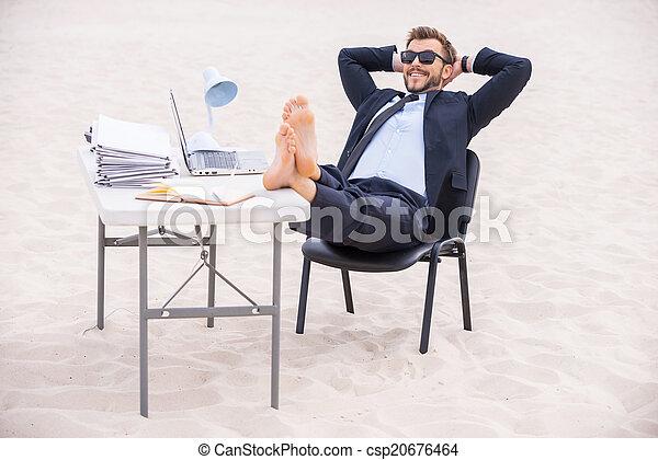 posición, cabeza, el suyo, gafas de sol, atrás, vacation., joven, formalwear, pies, arena, manos de valor en cartera, listo, tabla, hombre, guapo - csp20676464