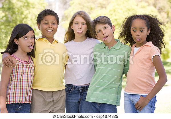 Cinco jóvenes amigos al aire libre haciendo caras graciosas - csp1874325