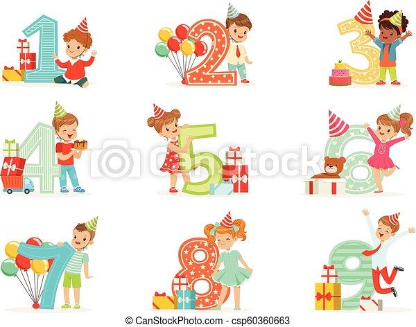 La celebración de cumpleaños de los niños pequeños con niños adorables parados junto a los dígitos crecientes de su edad - csp60360663