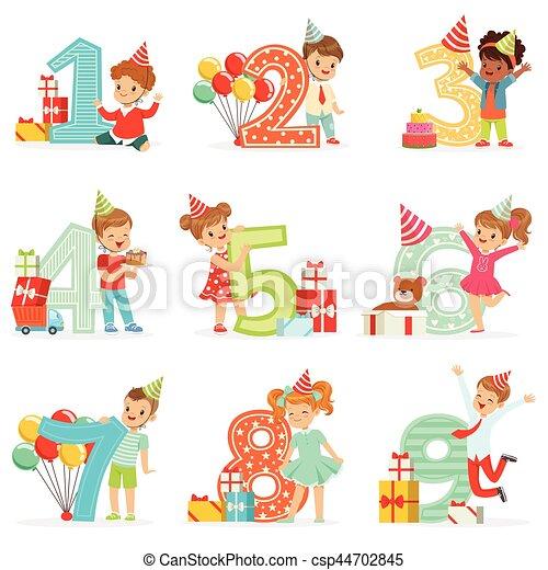 La celebración de cumpleaños de los niños pequeños con niños adorables parados junto a los dígitos crecientes de su edad - csp44702845