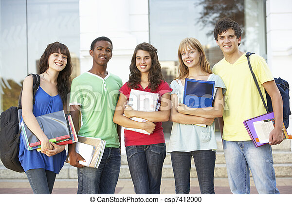 Un grupo de estudiantes adolescentes parados fuera del edificio de la universidad - csp7412000
