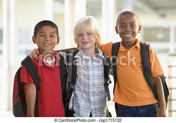 Tres estudiantes fuera de la escuela parados juntos sonriendo (centro selectivo) - csp1715132